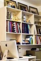 Стеллаж с медицинской литературой в кабинете доктора Пенаева