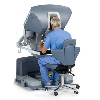 Голландские пластические хирурги, работающие в клинике города Маастрихта (Мaastricht) впервые в мире провели операцию по реконструкции груди, при которой им ассистировал робот.