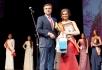Александр Грудько наградил выбранную участницу
