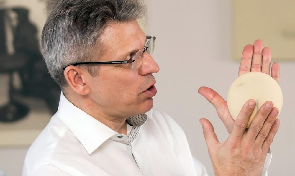 Янис Гилис демонстрирует немецкий имплантат POLYTECH
