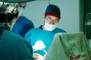 Пластический хирург Дмитрий Мельников оперирует
