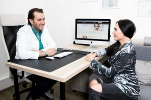 Пластический хирург Амжад Аль-Юсеф с пациенткой