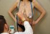 Пластический хирург снимает мерки перед операцией