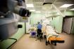 Микрохирурги выполняют операции в положении сидя