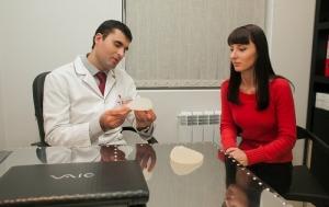 Пластический хирург Денис Бага с пациенткой