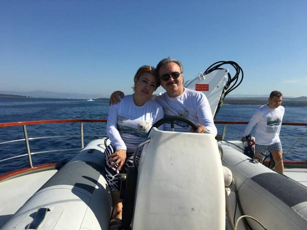 На фото - доктор с супругой на отдыхе в Хорватии
