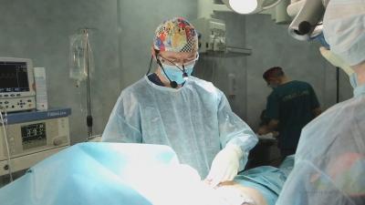 Пластический хирург Виталий Жолтиков оперирует