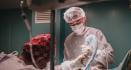 Пластический хирург Вадим Попов во время операции по пластике носа