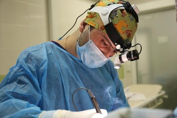 Пластический хирург Карен Пайтян проводит увеличение груди