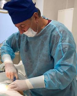 Пластический хирург Владимир Корчак проводит операцию