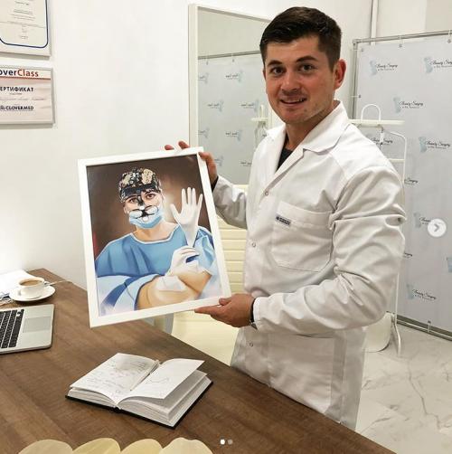 Пластический хирург Тагир Файзуллин с подарком от пациентки