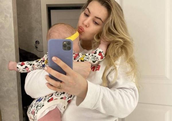 Саша Артёмова с дочкой
