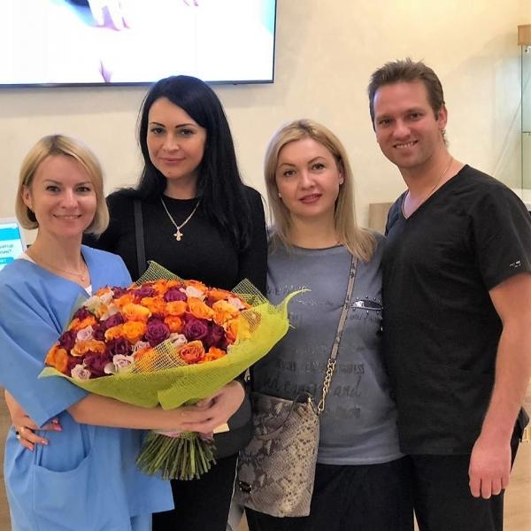 Пластический хирург Станислав Екимов с коллегой и пациентками