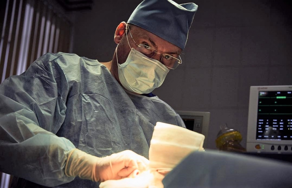 Пластический хирург Андрей Михайлов в операционной