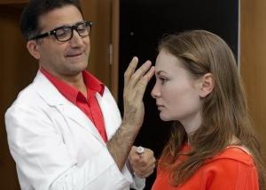 Пластический хирург Гайк Бабаян с пациенткой