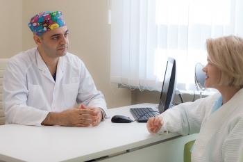 Пластический хирург Вардан Аршакян с пациенткой