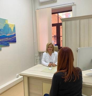 Пластический хирург Светлана Пшонкина проводит консультацию
